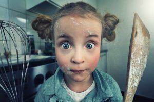devochka muka hozyayushka kuhnya 1 300x200 - Обязанности по дому: надо ли из дочери растить хозяюшку