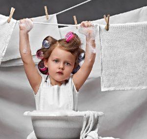 stirka s rebenkom 300x282 - Обязанности по дому: надо ли из дочери растить хозяюшку