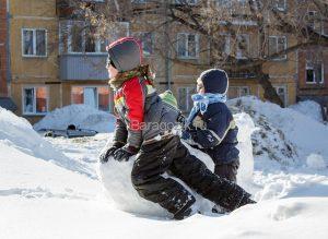snezhnyj kom 300x219 - Народные игры и забавы с детьми зимой на свежем воздухе