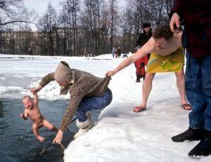 C2h 8iDXUAEgyRu 300x231 - Крещенские ныряния: удаль с риском для ребенка?