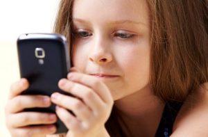 girl with phone 1 e1499808862942 300x197 - Дмитрий Семеник: ребенок, смартфон и мультики. В чем опасность?