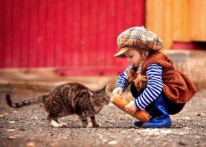 devochka kormit koshku hlebom - Ребёнок жестоко обращается с домашними животными. Что делать?