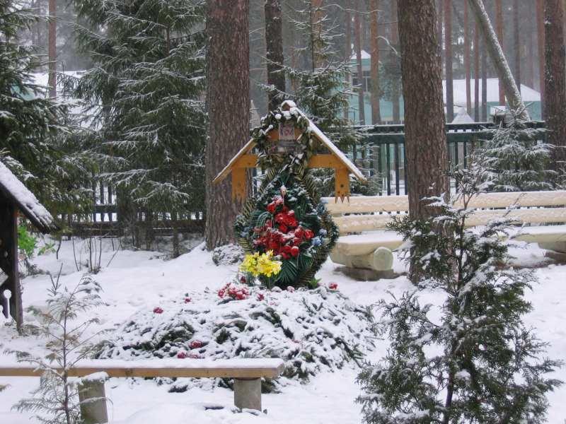 могила Маргариты Муравьевой, внучки Преподобного Серафима Вырицкого, у его Часовни в Вырице.