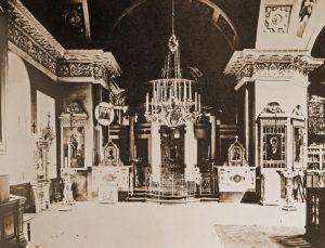 Интерьер северного придела Троицкого храма, справа видна икона вмч. Пантелеимона