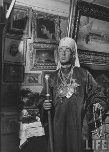 Лжемитрополит Александр Введенский на фоне личной коллекции живописи