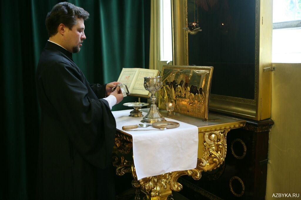 Священные сосуды на жертвеннике