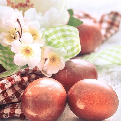 Яйца, крашенные веточками или коройвишни