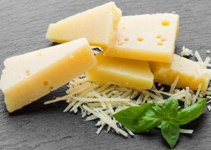 close up grated parmesan - Салат из крабовых палочек с ананасами и сыром