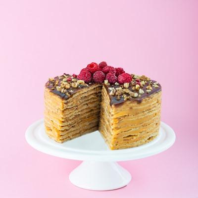 Блинный торт с карамелью и орехами