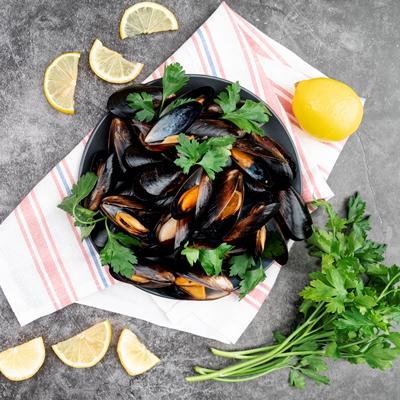 Монастырская кухня: мидии в белом вине, салат из авокадо со спаржей и креветками (видео)