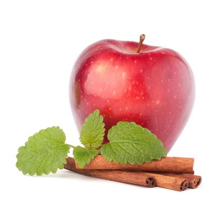 Яблоки в вине с розмарином и морковью