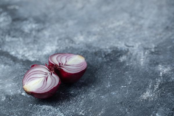 sliced purple onion on a marble background - Архангельский салат из трески