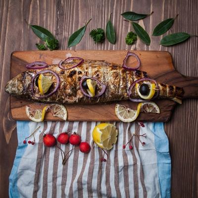 Рыба, запечённая с яблоками и лимоном