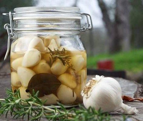 Домашнее консервирование: остренький маринованный чесночок