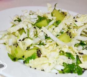 Полезный салат за 15 минут: с киви и пекинской капустой